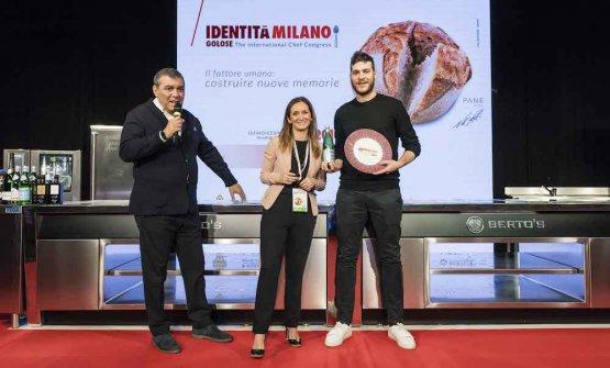PREMIO VENT'ANNI- Elisabetta Bracci, Marketing manager di Acqua Panna e S.Pellegrino, premia Francesco Vincenzi della Franceschetta 58 a Modena