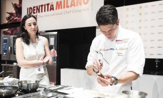 Ocampo con la moderatrice del uso intervento, la food writer Sara Porro