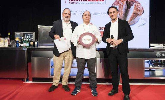 PREMIO CREATIVITÀ IN CUCINA- Piero Gabrieli, responsabile marketingdi Molino Quaglia, premia Enrico Mazzaroni, del ristorante Il Tiglio in Vita a Porto Recanati (Macerata)