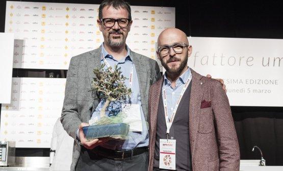 Antonio Guida, chef del Seta del Mandarin Oriental di Milano, sul palco del Congresso 2018 con Francesco Coppini, che ha consegnato il premio Olio in cucina