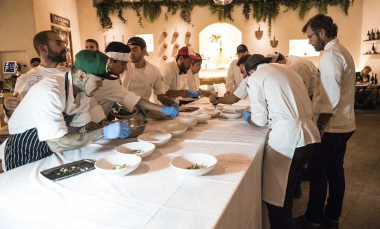 Cracco ai primi: nel piatto,Monograno Felicetti Fusillone Matt, acetosella, sgombro e aglio nero
