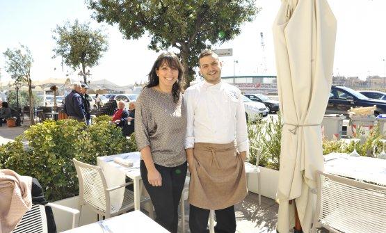 Lo chef Marco Cleroni con la moglie Gerarda Fine, che sta in sala, nel dehor dell'Osteria dell'Orologio