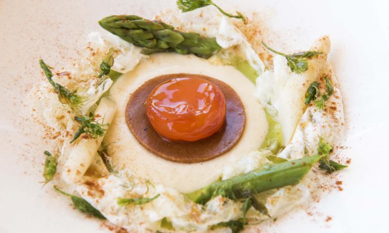 Il piatto preferito dalla popolare attrice? E' questo,il Tuorlo d'uovo marinato con crema di asparagi, paprika affumicata e birra, di Cracco. Ma anche i Fiori d'arancio di Colagreco, «un dessert squisito»