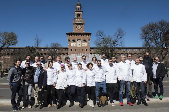Foto di gruppo all'ombra del Castello Sforzesco di Milano per tutti i cuochi che hanno preso parte ieri mattina alla conferenza di presentazione di Identit� Expo. Abbiamo chiesto a ognuno di loro: Quale Expo sogni? (foto e fotogallery di Brambilla/Serrani)