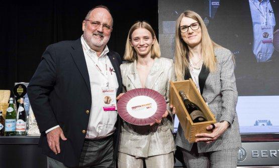 Paolo Marchi eRomina Castelletti, brand manager diGuido Berlucchi, premiano Isabella Potì