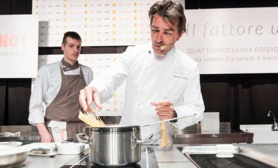 A Identità Milano, la superstar della cucina francese Yannick Allénoha partecipato a Identità di Pasta, in collaborazione con il Pastificio Felicetti. Ma anche nella sua seconda lezione sul palco dell'Auditorium, ha voluto presentare un piatto a base di pasta