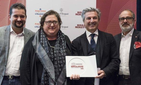 Angelo Cremonini di Olitalia, secondo da destra, premia Valeria Piccini, Andrea e Maurizio Menichetti, Da Caino - Montemerano (Grosseto). Foto Brambilla-Serrani