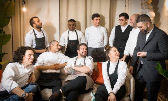 La brigata di EraGoffi. Lo chef è il primo a sinistra, al suo fianco seduto c'è il sousEnzo Barillà