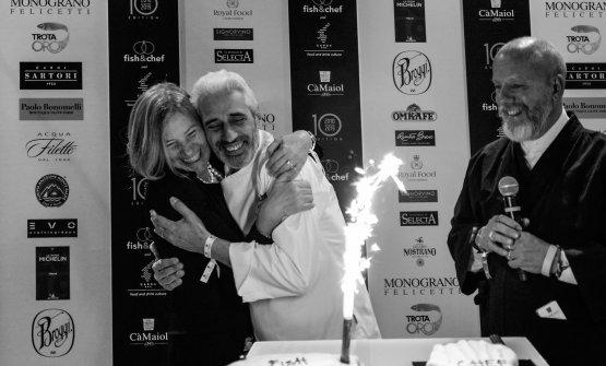 Elvira Trimeloni e Leandro Luppi festeggiano i 10 anni di Fish & Chef sotto gli occhi di Stefano Vegliani