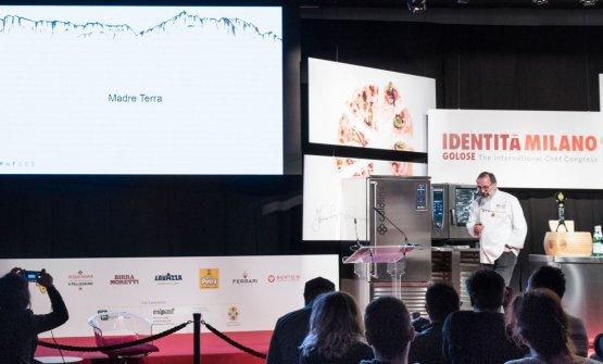Norbert Niederkofler sul palco di Identità Milano 2018 (foto Brambilla-Serrani)