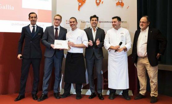 Premio SERVIZIO E ACCOGLIENZA, offerto daThe Fork -Almir Amberskovic,Head of Western Europe  VINCENZO E ANTONIO LEBANO (EXECUTIVE CHEF), STEFANO CARNELLI (MAITRE)E PAOLO PORFIDIO(SOMMELIER),TERRAZZA GALLIA, MILANO