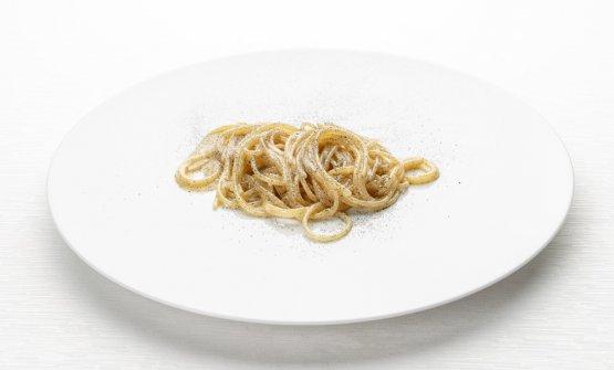 Spaghetto al bbq:cotti prima in acqua, poi in pentola con un'estrazione di prosciutto di Cuneo e infine sul barbecue; conditi con olio e croccante dello stesso salume