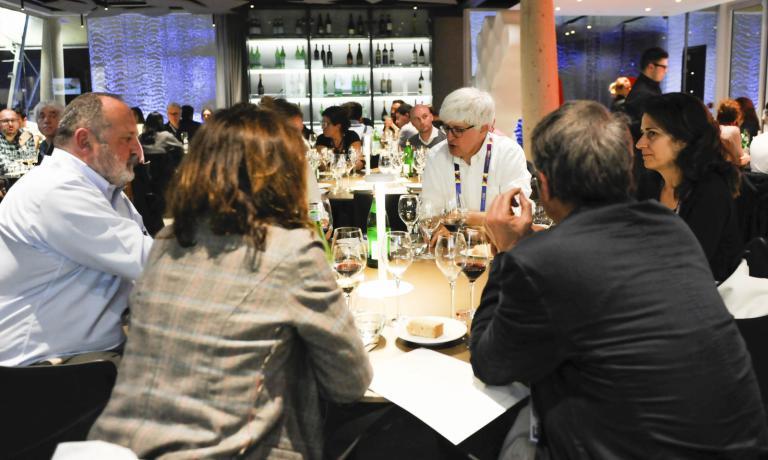 Beppe Severgnini, al centro, l'altro giorno a cena a Identità Expo. Paolo Marchi era al suo stesso tavolo, lo si vede sulla sinistra