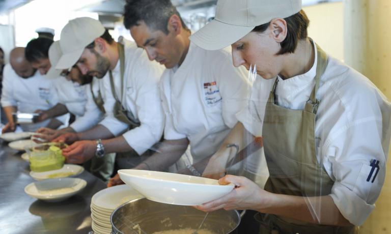La Innorta al lavoro con la brigata di Identità Expo: secondo da destra è il resident chef Domenico della Salandra