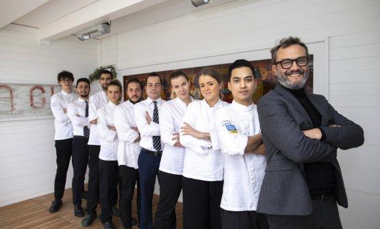 Primo a destra lo chef Gianpaolo Raschi con tutta la brigata (foto Giorgio Salvatori)