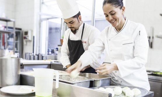 La chef all'interno della sua cucina, al ristorante Le Colonne