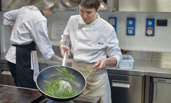 La chef Giulia Ferrara nella sua cucina (foto di Marco Waldis)