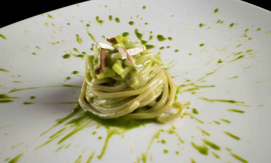 Luca Landi, approdato con il suo Lunasia a metà dello scorso anno a Viareggio, presso l'Hotel Plaza e de Russie, ci presenta un piatto di pasta fresca tipico della Toscana, i pici, con un condimento che riassume alcuni dei sapori più intensi della Versilia