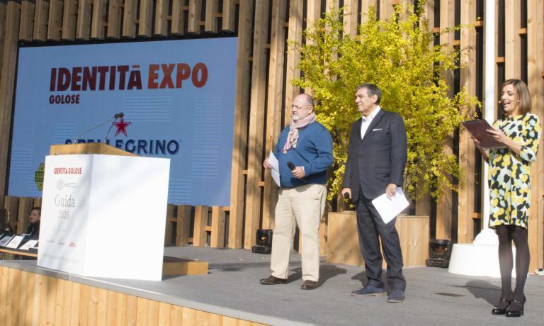 Sul palco, da sinistra: Paolo Marchi, direttore di Identità Golose, Claudio Ceroni, fondatore di Magenta Bureau, e la presentatrice Lisa Casali, premiata anche come miglior food writer per il 2016