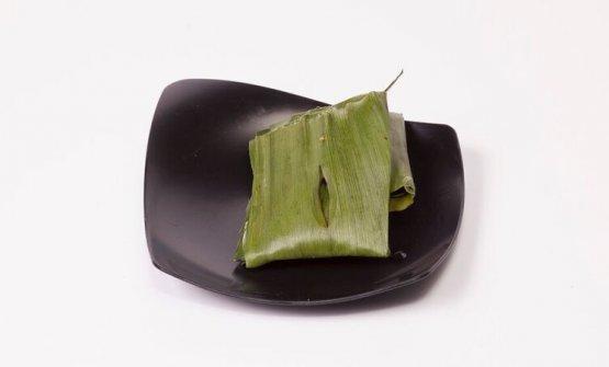 La ricetta proposta da Gaggan: Paturi con legna di cedro. Si tratta di spigola marinata in semi di coriandolo, olio di senape del Bengala, peperoncini verdi, lime, aglio, anacardi e sale, avvolti in foglie di banana e cotti/affumicati con legna di cedro