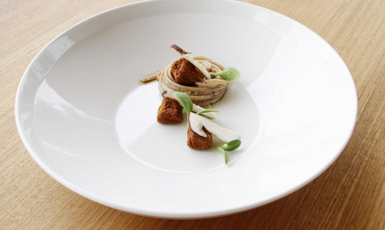 Le Linguine di farro mantecate al burro aromatizzato, porcini crudi, cervo marinato ed essenza di menta, il piatto studiato da Gilmozzi per Identità Expo