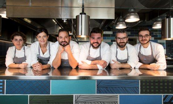 Lo staff del Votavota, terzo da sinistra lo chef Causarano, quindi il pastry chef Antonio Colombo
