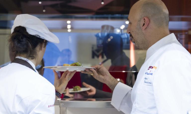 E' Andrea Ribaldone il protagonista della settimana per Italian & International Best Chefs, i migliori cuochi nelle cucine di Identit� Expo. Firmer� un menu di quattro portate, con altrettanti vini al calice, che � possibile prenotare ai seguenti recapiti: expo@magentabureau.it o tel. +39.02.62012701. Il costo � di 75 euro