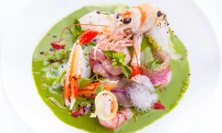Un piatto che segue le stagioni del mare: è la ricetta che Giulio Terrinoni, chef e patron del ristorante romano Per Me, ci ha presentato per l'iniziativa di Identità Golose I piatti dell'estate