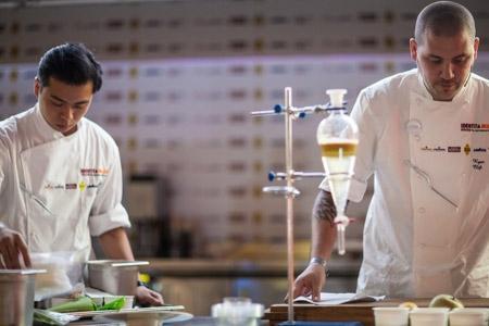 Ryan Clift da Singapore sarà tra i protagonisti di Gastronomika 2015. Nella foto, a destra, durante la sua lezione a Identità Milano 2013
