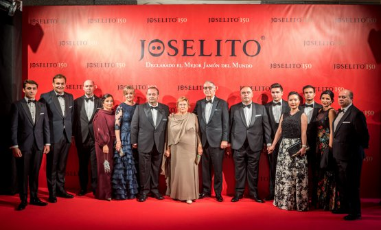 A group photo of the Gómez family during the celebration of Joselito's 150th anniversary