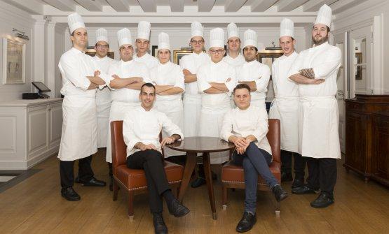 Lo chef Claudio Mengoni, seduto in basso a sinistra, con la sua brigata