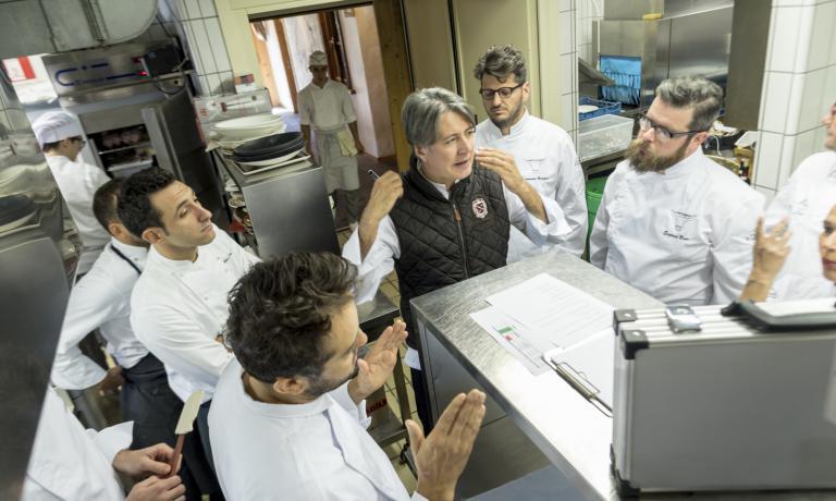 Gianni Tarabini coordina i lavori in cucina