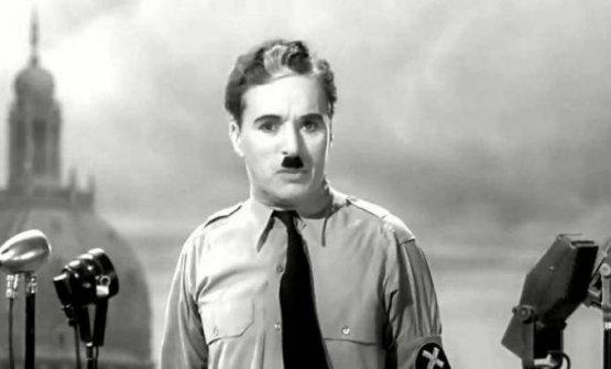 Charlie Chaplin durante il monologo finale de Il grande dittatore