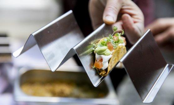 Mini tacos con ragù di pollo e avocado, pomodorini e cipolla