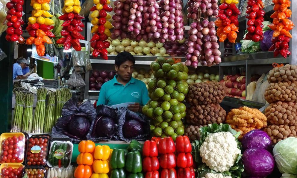 Mercado de Surquillo, «una destinazione imperdibile a prescindere con il suo timbro al naso di putrefazione, pollame e mango, che dà le vertigini» (fotophotosouthamerica.com)