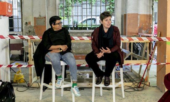 Ritu Dalmia e Viviana Varesedurante l'incontro per la presentazione del progetto, all'interno del cantiere