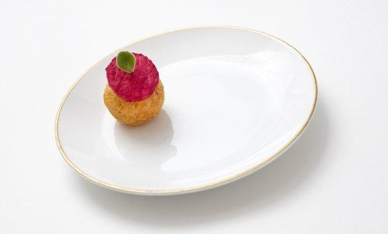Stefano Baiocco - Bon Bon di Parmigiano «Un amuse-bouche goloso, quasi ruffiano, con un tocco di acidità dato dalla mela e dal gel di aceto balsamico bianco»