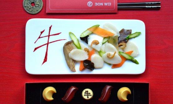 Gnocchi di riso con verdura, funghi shitake e gamberi essiccatie, sotto,Cioccolatini rosso e oro