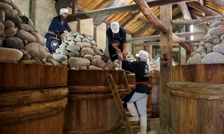La lavorazione tradizionale del miso alla Maruya Haccho Miso: l'azienda esiste dal 1337, non aggiunge additivi. Soia e sale - ha spiegato a Milano il patron, Asai Nobutaro - vengono posti in queste botti di legno del diametro di 2 metri, alla sommit� delle quali sono sistemate 400-500 pietre, per un totale di 3 tonnellate di peso. Poi si lascia fermentare per due anni. Questo tradizionale modo di preparazione � portato avanti da circa 50 artigiani
