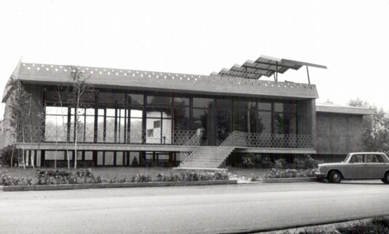 Una vecchia immagine del Dordoni com'era al momento dell'apertura, alla fine degli anni Sessanta. La struttura èarchitettonicamente molto interessante, luminosa, con grandi vetrate che danno sul parco del fiume Po, a un passo