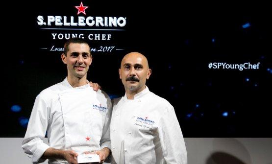 Edoardo Fumagalli, a sinistra, è il finalista italiano del S.Pellegrino Young Chef 2018. Accompagnato dal suo Mentore Anthony Genovese, sfiderà gli altri 20 young chef nella finalissima di Milano, in programma il 12 e 13 maggio. Ma già da oggi il pubblico può votare il proprio signature dish preferito