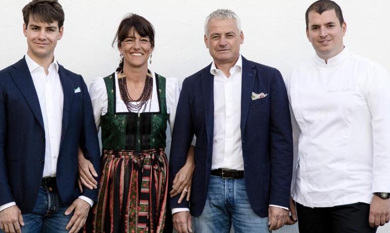 Al centro, Bibiana Dirler e il maritoMaurizio Micheli, con loro figlio Emanuele e lo chef Alessandro Martellini