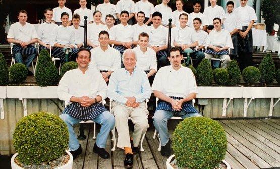 In seconda fila, a sinistra, Fabio Ciervo (all'epoca sous chef, ora chef dell'Eden a Roma). In terza fila, leggermente a destra rispetto aRoux, Andrea Aprea, al lavoro a Bray nel biennio 2006/07