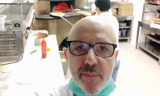 Un selfie di Franco Pepe, nel suo laboratorio, con sullo sfondo il suo forno sempre acceso