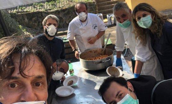 Gli chef al lavoro dei giardini dello Spallanzani di Roma. Foto cosaporto.it