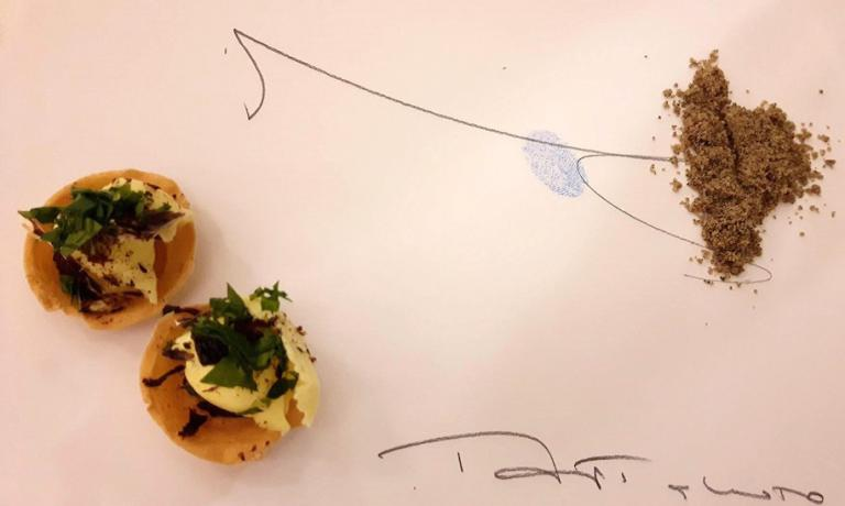 L'amuse bouche di Paolo Lopriore, dal 4 agosto scorso chef al timone de ilPorticoad Appiano Gentile (Como), suo paese natale. Oltre alla firma, si intravede della polvere di semi di zucca, da raccogliere con le dita