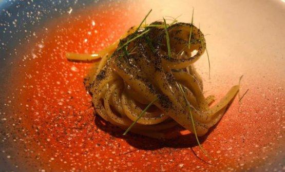 Linguina al miso di pasta, alga bruciata e kaffir