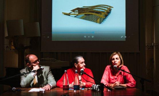 L'architetto Giusi Vinci, eoliana Doc, presenta il progetto del cine-auditorium assieme a Francesco Pensovecchio e Clara Rametta (foto di Stefano Butturini)