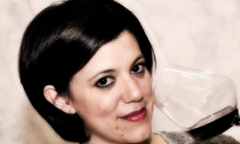 Un'intenso primo piano di Annalisa Linguerri, donn