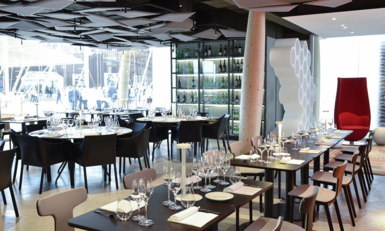 Tra i tanti prodotti di design che si trovano nel ristorante di Identit� Expo ci sono anche gli efficacissimi pannelli fonoassorbenti FLAP di Caimi Brevetti, su disegno di Alberto e Francesco Meda